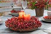 Hagebutten-Tischdeko auf der Herbstterrasse