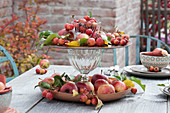 Apfeltischdeko auf Herbstterrasse
