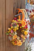 Herbstkranz aus Malus ( Zieraepfeln ), Rosa ( Rosen ), Fruchtstaende
