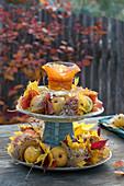 Selbstgebaute Etagere aus Tellern und Bechern :