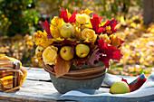 Duftendes Herbstgesteck aus Chaenomeles ( Zierquitten ), Rosa ( Rosen