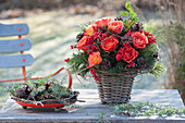 Strauss aus Rosa ( Rosen ), Ilex verticillata ( Roter Winterbeere ), Zapfen