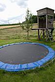 Spielbereich fuer Kinder : Trampolin versenkt im Boden