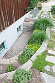 Kleiner Senkgarten mit Mauern terrassiert ersetzt die Lichtschaechte