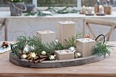 Schneller Adventskranz mit Teelichthaltern aus Holz auf Tablett