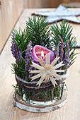 Windlicht mit Calluna ( Besenheide ), Pinus ( Kiefer ), Kerze, Strohstern