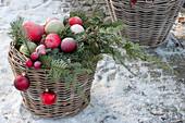 Korb mit Koniferenzweigen und  Christbaumkugeln, Schnee\n61071498