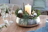 Kerzengesteck in silberner Schale : weisse Kerze, silberne Christbaumkugeln