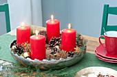 Schneller Adventskranz mit 4 roten Kerzen, Zapfen und vergoldeten Aepfeln