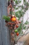 Selbstgemachter Korb aus Weide, geschmueckt mit Christbaumkugeln