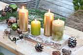 Schlichte Kerzendeko mit 4 Kerzen auf Holzbrett, Zapfen, Christbaumkugeln
