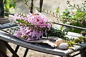 Duftender Strauß aus Hyacinthus 'Pink Pearl' ( Hyazinthen ) und Zweigen