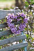 Herz aus Blüten von Hyacinthus 'Pink Pearl' ( Hyazinthen ) und Moos