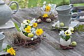 Kleine Sträuße in Eierschalen als österliche Tischdeko :