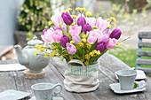 Strauß aus Tulipa ( Tulpen ) und Zweigen von Cornus mas ( Kornelkirsche )