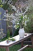 Weißer Strauß aus Zweigen von Prunus spinosa ( Schlehe ) und Helleborus