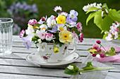 Kleines Sträußchen aus Narcissus ( Narzissen ), Viola cornuta