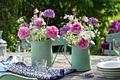 Sträuße aus Rosa ( Rosen ), Allium ( Bärlauch , Zierlauch ) und Aquilegia