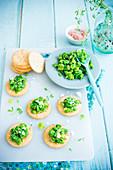 Crackers mit Erbsen-Fave-Pesto