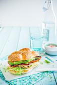 Sandwich mit Truthahnbrust, Avocado und gegrillter Paprika