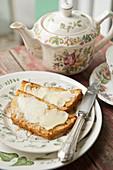 Honigkuchen mit Butter zum Nachmittagstee