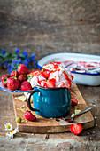 Hausgemachtes Erdbeereis im Emailbecher