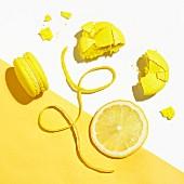 Zitronen-Macarons auf gelb-weißem Untergrund (Aufsicht)