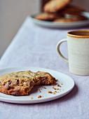 Chocolatechip Cookie, angebissen, und Kaffee