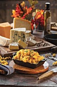 Makkaroni mit Käse in Gusseisenform
