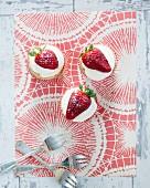 Cupcakes mit Cremehaube und Erdbeeren (Aufsicht)