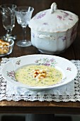 Dillsuppe mit Croutons