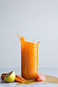 Karotten-Grapefruit-Zitronensaft im Schraubglas