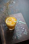 Orangensaft im Glas mit Strohhalm