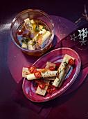 Knäckebrot mit eingelegtem Ziegenkäse und ofengetrockneten Tomaten zu Weihnachten
