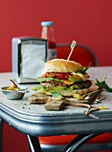 Beefburger mit Avocado im Diner