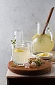 Selbstgemachte Thymian-Limonade in Glas und Krug