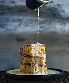 Malva Pudding (Dessert aus Südafrika) mit Sauce beträufeln