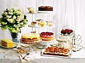 Verschiedene Torten und Cupcakes zur Teatime