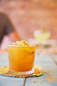Cocktail mit Limette und Cayennepfeffer