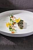 Auf Salzstein gegarte Forelle mit Gurke und Rettich vom Restaurant 'Aubergine', Oberbayern, Deutschland