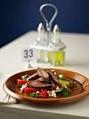 Griechischer Salat mit gegrilltem Lamm