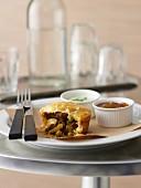 Pie mit Lamm-Korma und Dips