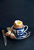 Egg And Solders (weiches Ei und Toaststreifen, England)