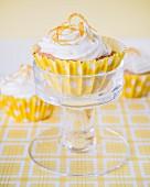 Cupcake mit Buttercreme und Orangenzesten