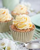 Cupcakes mit Buttercreme und Sirup