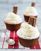 Cupcakes with buttercream, a chocolate praline and icing sugar