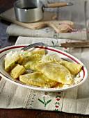 Tiroler Schlutzkrapfen mit geriebenem Käse