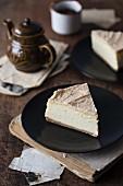 Zwei Stücke Brown Butter Cheesecake mit Vanille