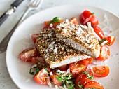 Low-Carb-Parmesan-Schnitzel auf Tomatensalat