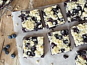 Brownies with streusel and blueberries